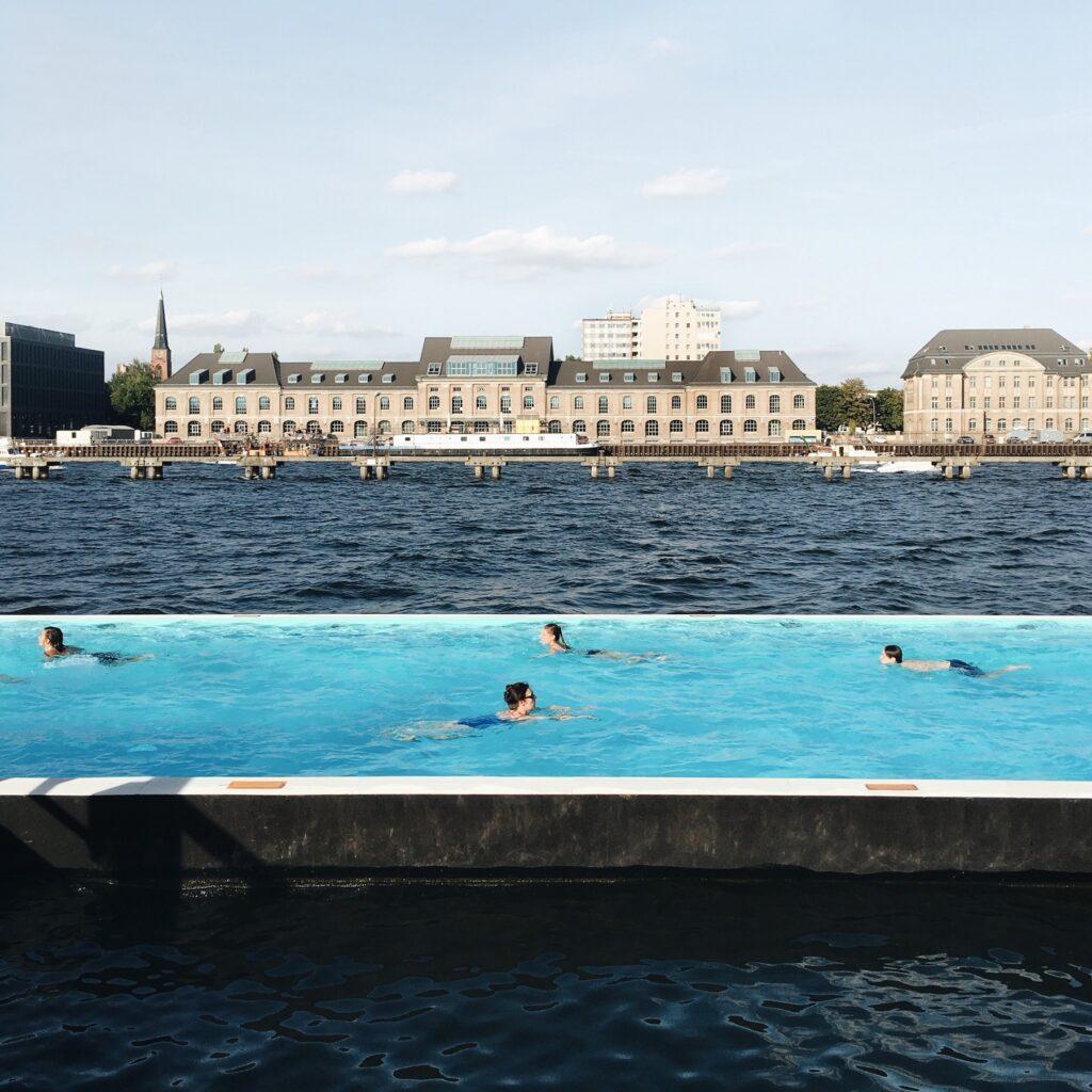 Vivere Berlino: nuotare nella Badeschiff